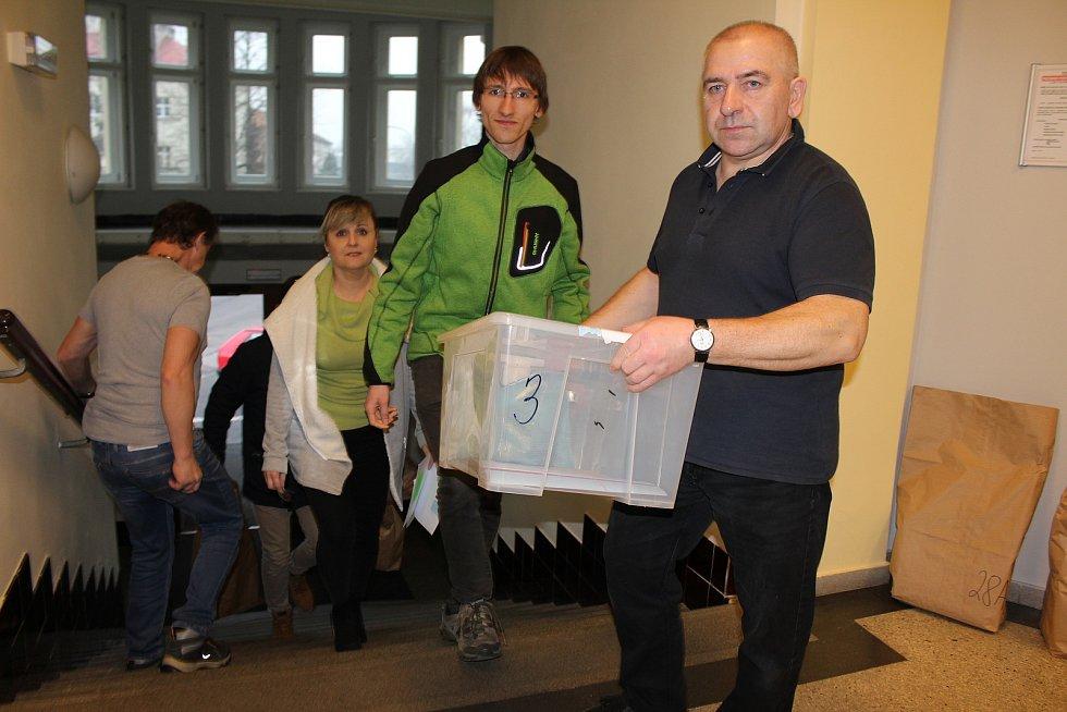 Krátce před půl třetí odpoledne se na karvinský magistrát začali sjíždět předsedové volebních komisí, aby odevzdali volební urny a pytle s odevzdanými hlasy.