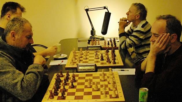 Kapitán Karviné Lubomír Zimniok (vpravo) vyhrál v Dobré nad Pavlem Keprtem.
