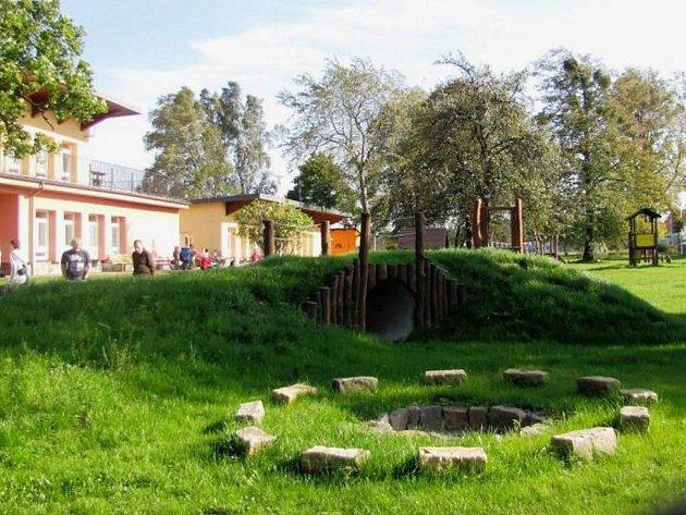 Nová zahrada v mateřské škole Beruška ve Frýdku-Místku vyšla na téměř 1,3 milionu korun. Obdobný projekt se plánuje také v dalších školkách ve městě.
