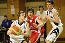 Mladí basketbalisté Karviné (v bílém) na postup nedosáhli.