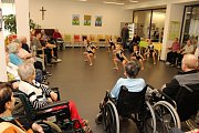 Taneční škola Happy Day Dance z Ostravy se představila seniorům z domova GrandPark v Havířově.
