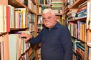 V bohumínském antikvariátě dnes najdete desetitisíce knih. Další Václav Šamal schovává v příručních skladech.
