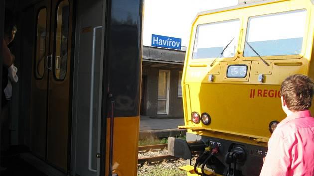 Připojování náhradní lokomotivy k vlaku RegioJet.