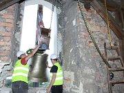 Do fryštátského kostela Povýšení sv. Kříže v pondělí dělníci vytahovali a instalovali čtyři nové bronzové zvony.