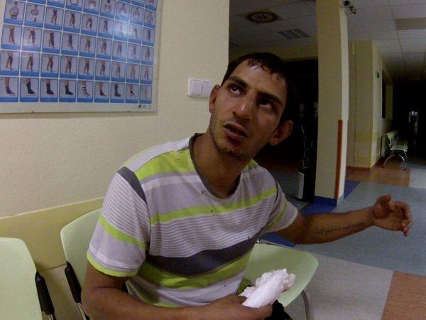 Muž vnemocnici popisuje napadení skupinou útočníků.