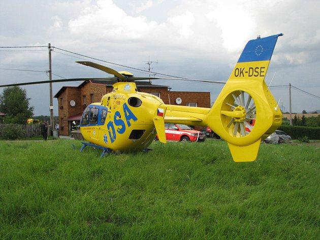 Posádka záchranného vrtulníku se vždy snaží přistát co nejblíže místu zásahu. Na snímku Kryštof přistál v poli