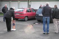Vyšetřovací pokus na místě tragické nehody, při které zemřelo pod koly automobilu roční dítě.