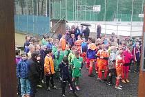 Malí účastníci fotbalového klání při závěrečném vyhlašování. Chlapci z OFS Karviná v zeleném.