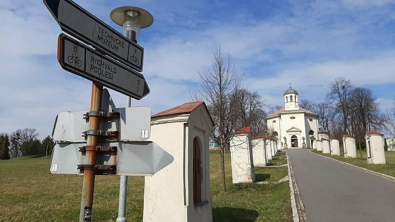 Křížová cesta vedoucí ke kostelu sv Jindřicha v Petřvaldu na Karvinsku.