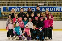 Děti z krasobruslařského klubu SKK Karviná a jejich trenérky.