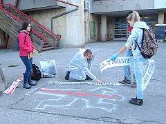 Od počátku až do konce dotáhli členové Českého červeného kříže v Orlové svou vlastní akci Neodcházej... Pomoz! Tou chtějí upozornit na lhostejnost lidí.
