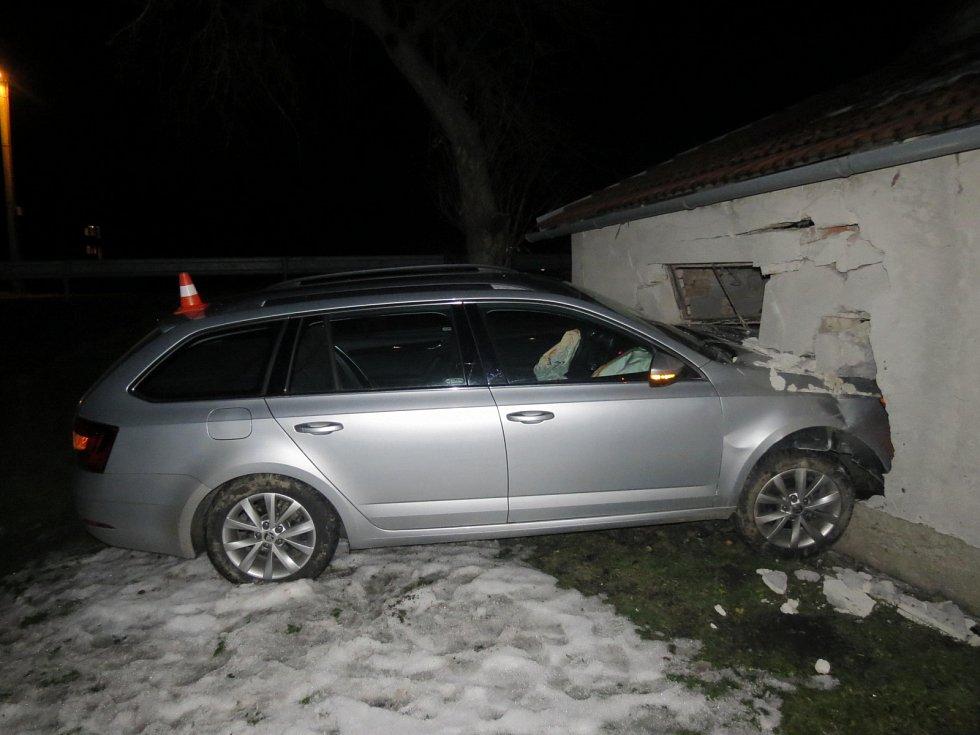 Automobil se po jízdě polem proboural do stavení.
