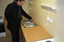 Náměstek primátora Petr Smrček si prohlíží vybavení kuchyně. Ilustrační snímek.