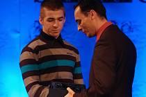 Judista Tomáš Kozma (vlevo) přebírá z rukou sportovního redaktora Deníku Martina Ruščina cenu pro Sportovní hvězdu čtenářů.