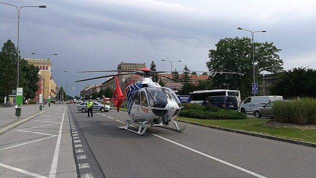 Vrtulník moravskoslezské záchranné služby na místě zásahu vcentru Havířova.