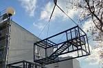 Stavbaři v sobotu instalovali poslední tři moduly - venkovní schodiště - k budově nového pavilonu Karvinské hornické nemocnice.  Foto: Andrea Vargová