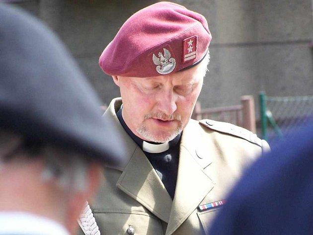 Vojenský kaplan se modlí za oběti války.