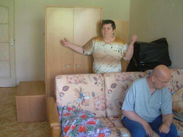 Anna Buščíková stojí v poloprázdném bytě poté, co firma, jež jí slíbila, že vymaluje, nedorazila ani po čtyřech dnech od smluveného termínu.