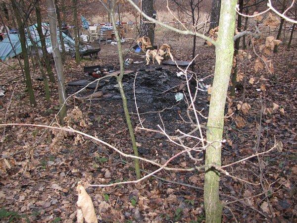 Požár provizorního přístřešku bezdomovců, při kterém byl jeden člověk popálen.