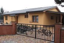 Z tohoto domu pachatelé unesli manželský pár a ukradli peníze a cennosti.