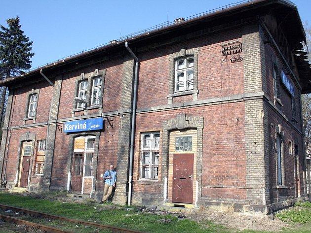 Roman Lindner stojí u nádražní budovy Karviná-Město, kde by chtěl zřídit železniční muzeum.