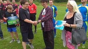 Fotbalový klub Gascontrol pomohl Daliborovi částkou 18 500 korun a předal ji rodičům chlapce.