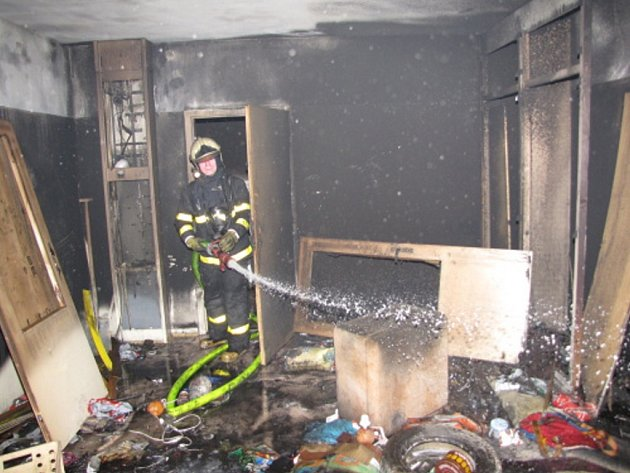 Kvůli požáru v kočárkárně museli být evakuováni nájemníci domu v Makarenkově ulici.