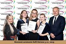 Oceněné studentky: Nela Tomanková, Hana Marťáková a Veronika Molinová . Vpravo náměstkek hejtmana pro školství Stanislav Folwarczny.