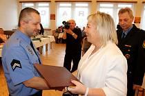 Vedení Havířova a městské policie vyhodnotilo rok 2017 a ocenilo strážníky za dlouholetou službu i za mimořádné zákroky. Strážník roku 2017 Dalibor Haramia.