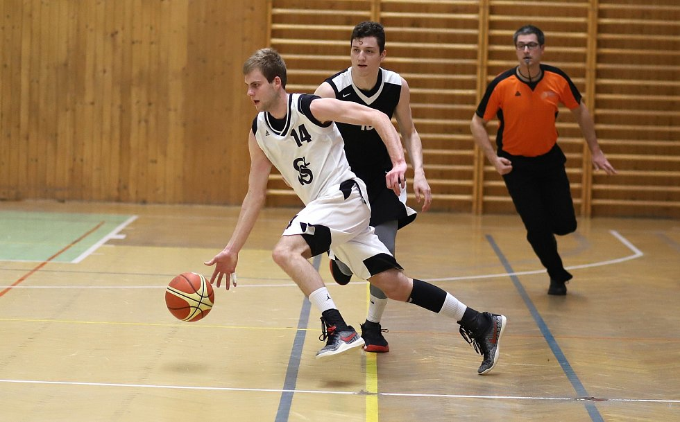 Basketbalisté Karviné (v bílém) skončili v semifinále na brněnském týmu SAM. Po velkém boji!