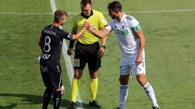 Fotbalisté MFK Karviná remizovali v sobotním utkání 2. ligového kola s Hradcem Králové 1:1. Na snímku pozdrav kapitánů Papadopulose a Vlkanovy.