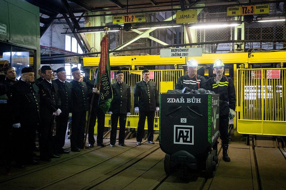 Z Dolu Lazy byl ve čtvrtek slavnostně vyvezen poslední vozík vytěženého uhlí.