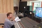 Jan Lstibůrek za mixážním pultem ve studiu v Petrovicích.