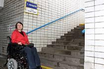 Vozíčkáři se na nádraží dostanou jen pod schody.