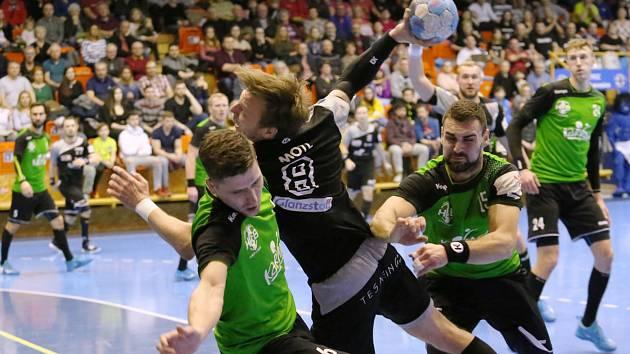 Z utkání Lovosice - Karviná (v zeleném).