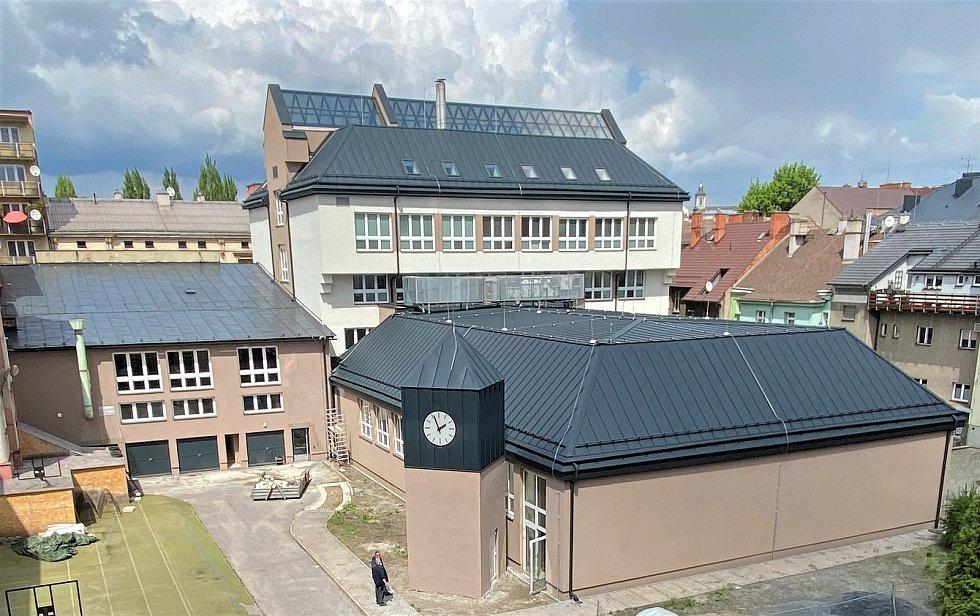 Končí druhá etapa rekonstrukce budov polského gymnázia. Práce se přesouvají dovnitř. Nový plášť budovy. Květen 2021.