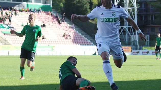 Vojtěch Smrž (v bílém) byl v Příbrami u obou karvinských gólů.