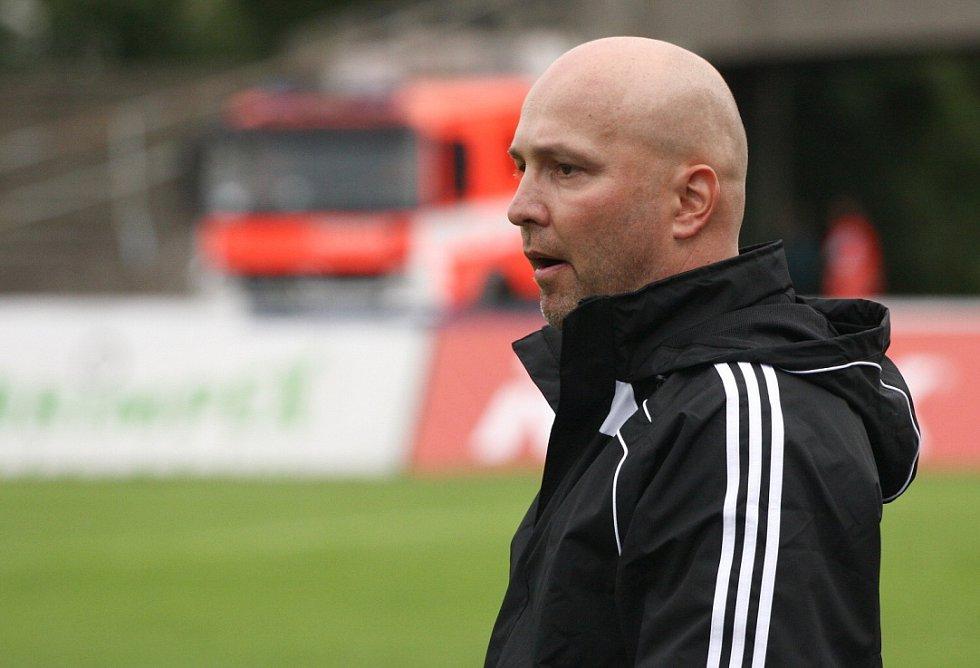 Trenér Karviné Pavel Malura sleduje výkon svých svěřenců.