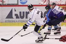 Havířovští hokejisté (v bílém) završili základní část druhé ligy vysokou výhrou.