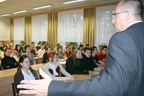Petr Vícha besedoval se studenty.