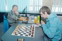 Jaroslav Olšar (vlevo) dokázal v Ostravě bodovat, ale karvinští šachisté přesto prohráli.