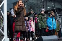 Nadějná havířovská zpěvačka Valerie Kaňová při vystoupení se spolužáky ze ZŠ Mládežnická.