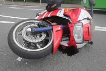 Havarovaný motocykl v Havířově.