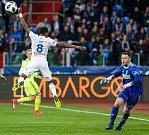 Dame Diop se vrhá po míči, vpravo gólman MFK Martin Berkovec.