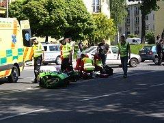 Nehoda osobního automobilu a motocyklu si vyžádala zranění motorkáře.