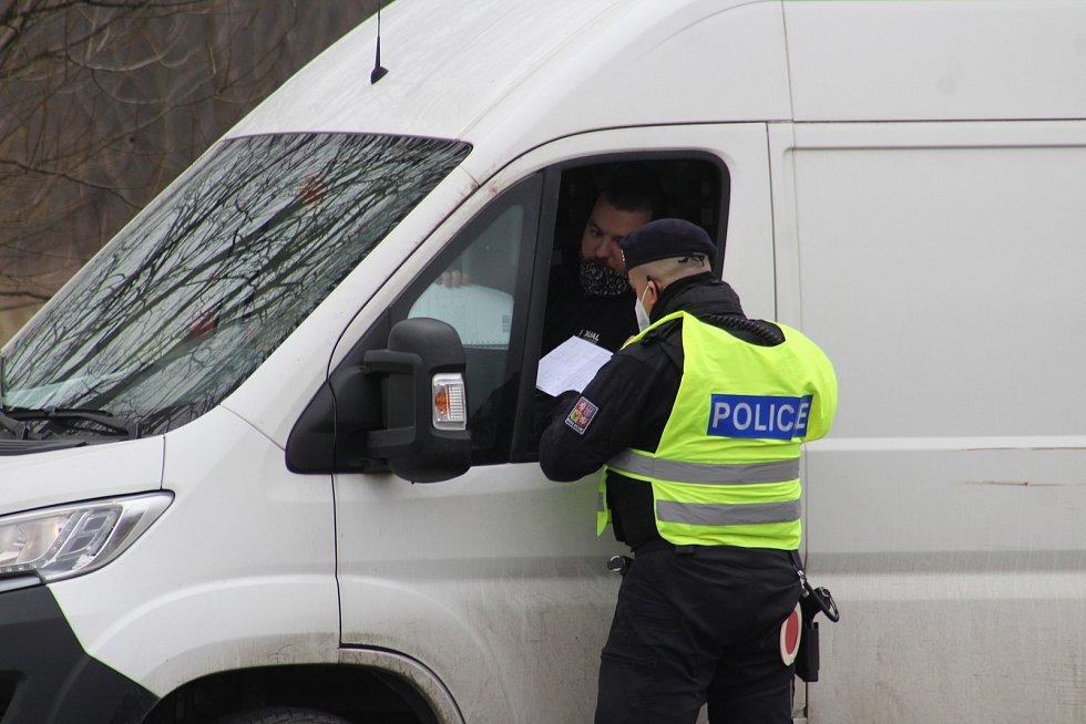 Na silnicích se v pondělí objevily policejní kontroly, které prověřují, zda lidé neoprávněně neopouštějí svůj okres. Ostravská ulice na okraji Havířova.