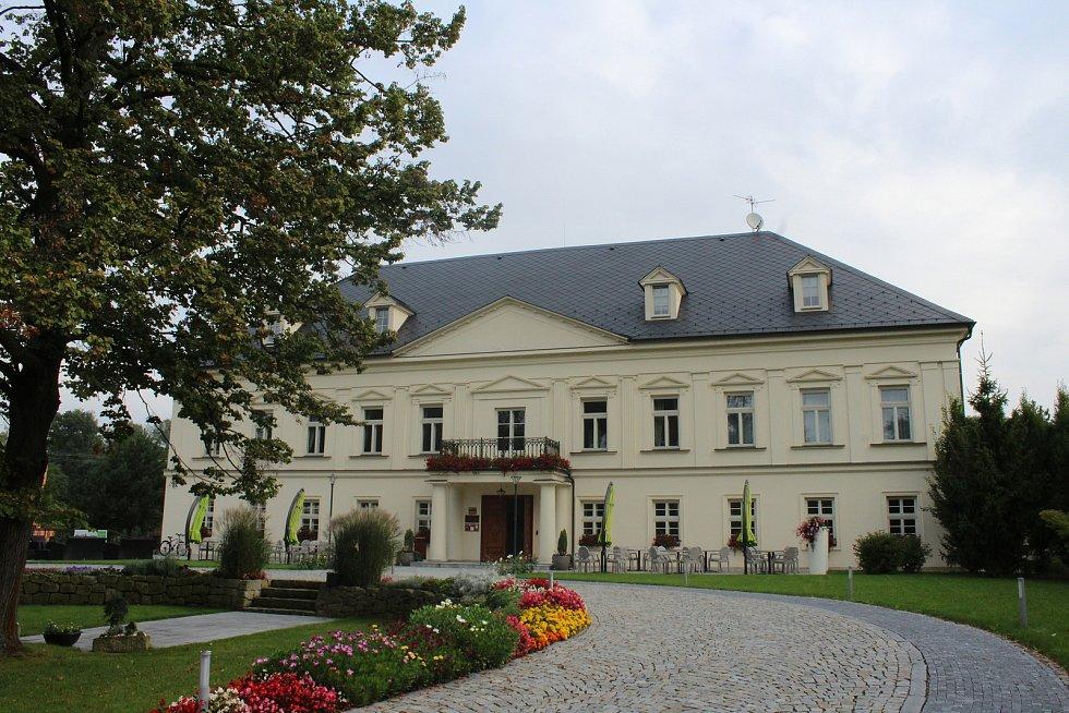 Zámeček Petrovice má jedno z nejmodernějších wellness center v regionu. Je zde hotel a restaurace