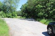 Zatímco běžná silnice je průjezdná, lesní cesty jsou uzavřené závorami. Podle lesáků však řidiči nesmí jezdit ani po neuzavřené cestě.