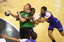 Zápasy s Izraelci bolely, jak dokládá snímek, na němž se k zakončení prodírá karvinský střelec Dominik Solák (s míčem).