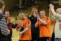 Frisco (oranžové dresy) přehrálo ve finále Držáky.